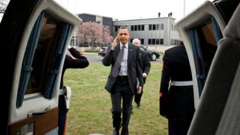 U.S President Barack Obama Has an iPad 2 [Photo]